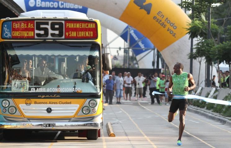 Ямайський спринтер Усейн Болт бігає швидше автобуса