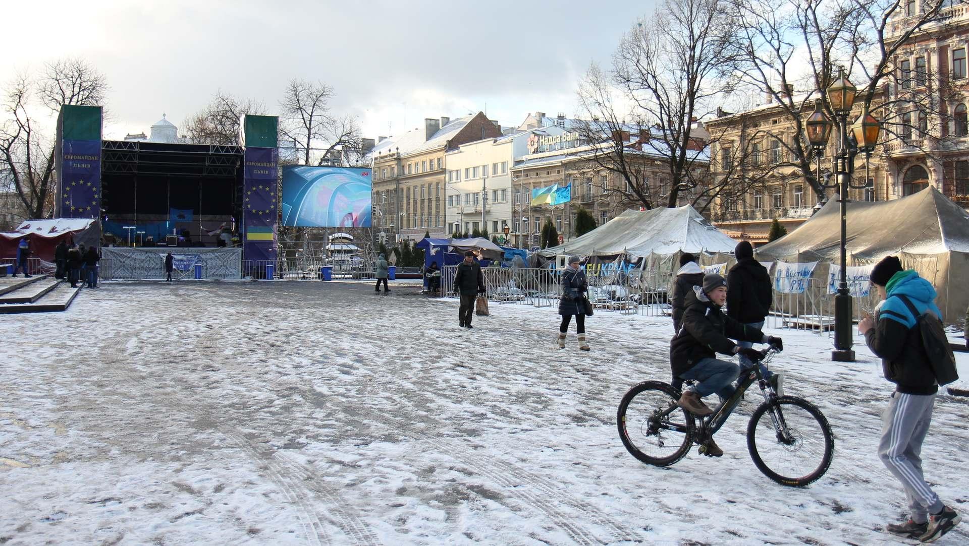У Києві генерал Мороз проти наметів, нація проти Леніна