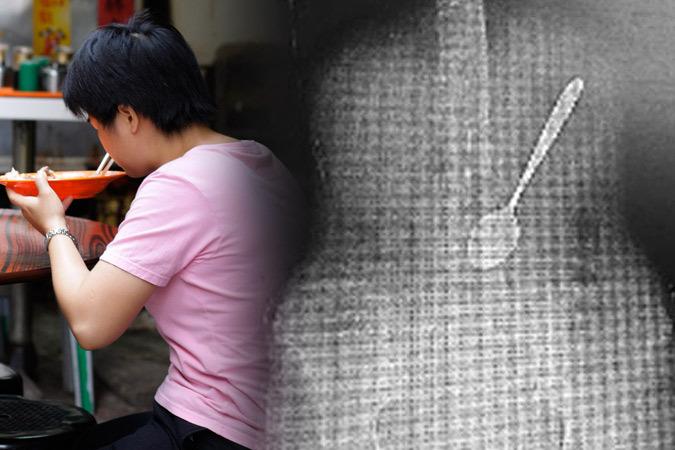 У Китаї жінка проковтнула ложку, коли їла суп