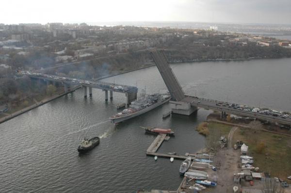 Конфуз в Миколаєві: розвідний міст наглухо закатали в асфальт