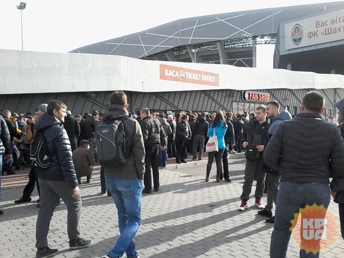 Вболівальники ночували біля кас «Арени Львів», щоб купити квитки на плей-офф