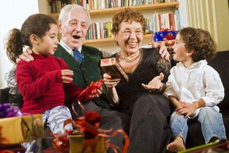 Що подарувати бабусям і дідусям на Новий рік