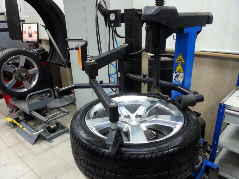 Монтаж шин в мастерской — как найти подходящую?
